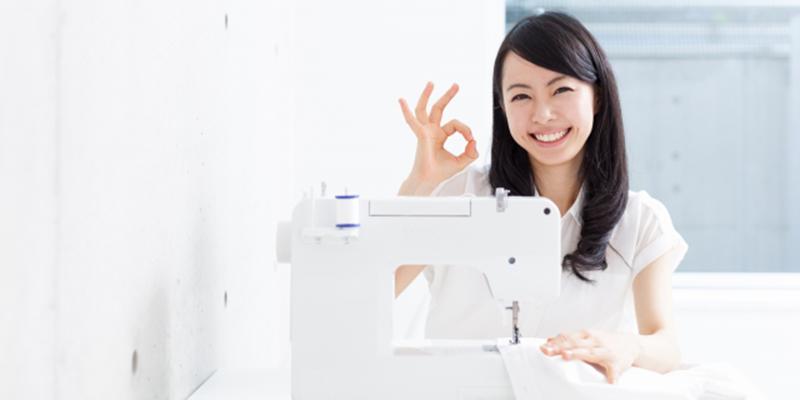 ミシンを利用する笑顔な女性