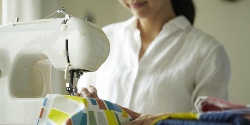 女性のミシン作業風景(手元)