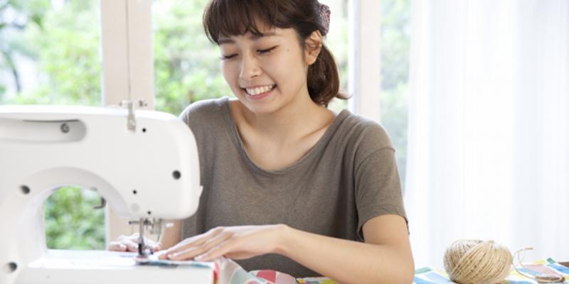 ミシンで裁縫を楽しむ女性